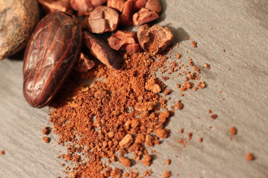 Kakaové boby celé, drcené, prášek