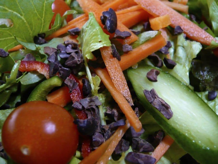 kakaové boby v zeleninovém salátu