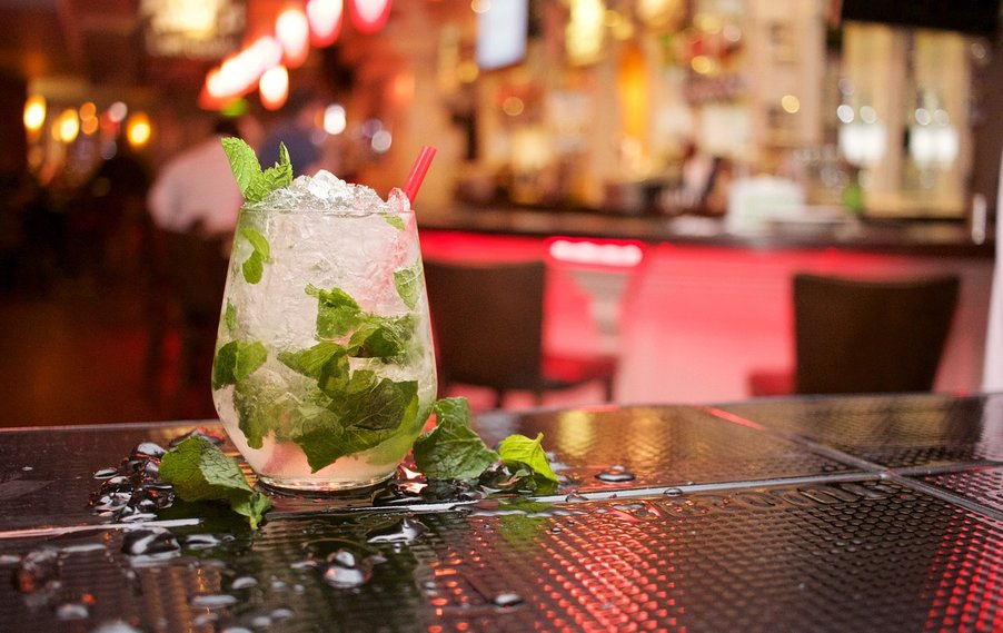 kubánský alkoholický drink s mátou peprnou Mojito